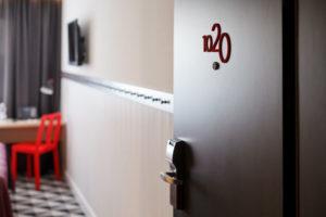 Отель AZIMUT 8 800 200 00 48 - Дверь